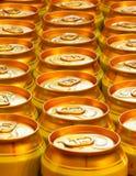 Goldbierdosen stockfotos