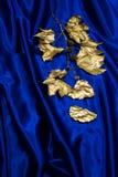 Goldblätter auf blauem Satin Stockbilder