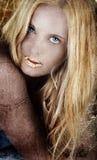 Goldblonde Frau auf grunge. Stockfotografie