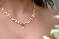 Goldbrauthalskette mit Diamanten und Perl Stockfotos
