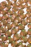 Goldbronzebergkristallhintergrund Herzformbeschaffenheit als weißes Studiofoto des Hintergrundes Blings-Bergkristallkristall Stockbilder