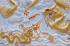 Goldchinesische Drachestatue lizenzfreie stockfotografie