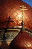 Goldcroix auf alter Kirche stockfotografie