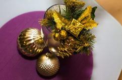 Golddekoration, Bälle auf neuem Jahr, Weihnachten mit kleinem Geschenk an Lizenzfreie Stockfotos