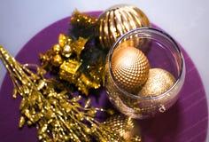 Golddekoration, Bälle auf neuem Jahr, Weihnachten mit kleinem Geschenk an Lizenzfreie Stockbilder