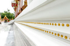 Golddekoration um Ubosot-Kapelle von Wat Mahathat Temple, Yasothon, Thailand Stockbilder