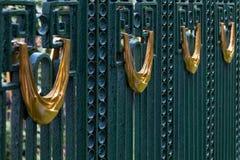 Golddekors auf dem Weinlesezaun Stockfotos