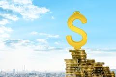 Golddollar singen auf Stapel von Münzen Stockbild