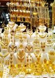 Goldedjuwelen in een winkelvenster stock fotografie