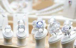 Goldedringen met diamanten stock foto's