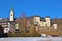 Goldegg slott och kyrka, Österrike, Europa royaltyfri fotografi