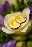 Goldeheringe auf Blumenstrauß von Blumen für die Braut Stockbild