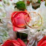 Goldeheringe auf Blumenstrauß von Blumen für die Braut Lizenzfreie Stockfotografie