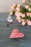 Goldeheringe auf einem Blumenstrauß von Rosen Lizenzfreies Stockbild
