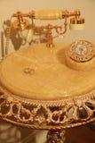 Goldeheringe auf einer schönen Tabelle Stockfotos