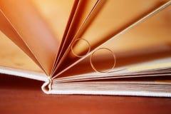 Goldeheringe in einem Buch eigenhändig gemacht von den natürlichen Materialien Stockfotos