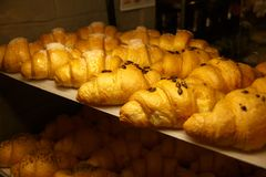 Golden croissants in the shop window Royalty Free Stock Photos