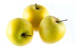 Golden- Delicious Äpfel lokalisiert auf weißem Hintergrund Lizenzfreie Stockbilder