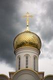 Golden Dome av kyrkan i en stormig himmel Royaltyfria Bilder