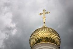 Golden Dome av kyrkan i en stormig himmel Arkivbilder