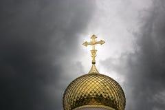 Golden Dome av kyrkan i en stormig himmel Royaltyfri Foto