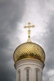 Golden Dome av kyrkan i en stormig himmel Royaltyfri Fotografi