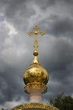 Golden Dome av kyrkan i en stormig himmel Fotografering för Bildbyråer
