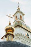 Golden Dome av templet mot himlen Arkivfoto