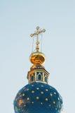 Golden Dome av templet mot himlen Arkivfoton