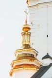 Golden Dome av templet mot himlen Royaltyfria Bilder