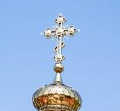 Golden Dome com uma cruz da igreja Fotos de Stock