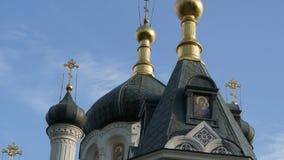 Golden Dome de la iglesia ortodoxa en Foros, Crimea metrajes