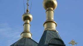 Golden Dome de la iglesia ortodoxa en Foros, Crimea almacen de video