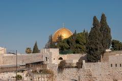 Golden Dome de la roche et des portes de l'Esplanade des mosquées photographie stock libre de droits