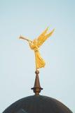 Golden Dome des Tempels gegen den Himmel Stockfotografie