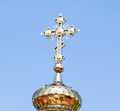 Golden Dome med ett kors av kyrkan Arkivfoton