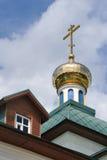 Golden Dome med korset av den Vladimirskaya kyrkan i Borodino Royaltyfria Foton