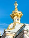 Golden Dome mit drei ging Adler des großartigen Peterhof-Palastes voran Lizenzfreie Stockbilder