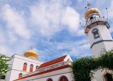 Golden Dome y alminar del Islam de Masjid Asasul con el cielo azul Solamente mezquita histórica de la arquitectura tradicional ta imágenes de archivo libres de regalías