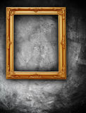 Golden frame on grunge wall Royalty Free Stock Photos