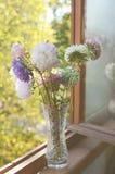 Golden-Gänseblümchenblumenstrauß im Kristallvase Stockbilder