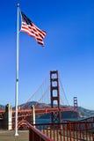 Golden gate bridge-amerikanische Flagge stockfoto
