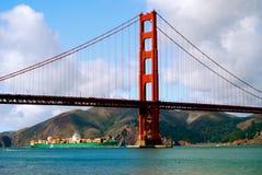 Golden gate bridge aparece grande navio de recipiente excedente fotos de stock royalty free