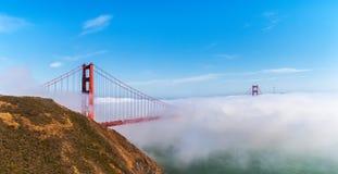 Golden gate bridge a attrapé dans la brume, San Francisco image libre de droits