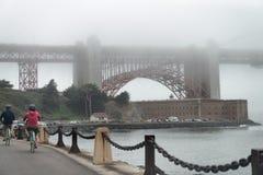 Golden gate bridge-Basis eingehüllt durch Nebel, San Francisco lizenzfreies stockfoto
