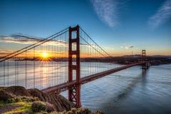 Golden gate bridge bei Sonnenaufgang stockfotos