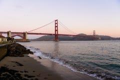 Golden gate bridge bei Sonnenaufgang vom Torpedo-Kai, San Francisco, Kalifornien, USA lizenzfreies stockbild
