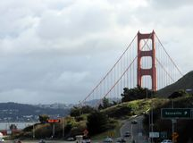 Golden gate bridge beyond i miasto Zdjęcia Royalty Free