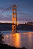 Golden gate bridge bij Schemer, San Francisco, Californië Stock Afbeeldingen
