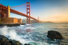 Golden gate bridge, bij zonsopgang van Fortpunt dat wordt gezien stock afbeeldingen
